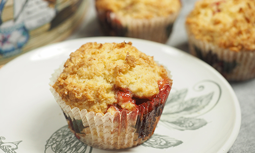 DIY berry muffin with crumb topping